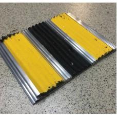 Алюминиевая антискользящая полоса для ступеней с тремя вставками 102 мм/5,5 мм