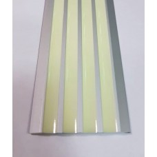 Алюминиевая полоса с 4 фотолюминесцентными  вставками.